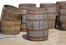 Oude lege houten vaten bij de antieke markt stock fotografie
