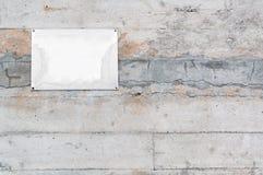 Oude lege metaalplaat op concrete muur Stock Foto