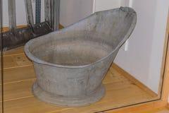 Oude lege zinkbadkuip stock foto's