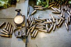 Oude legerkompas en kogels Royalty-vrije Stock Foto