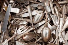 Oude lepels, vorken, en messen op een vlooienmarkt Stock Afbeeldingen