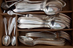 Oude lepels, vorken, en messen op een vlooienmarkt Stock Afbeelding