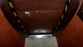 Oude lift in de hotelbewegingen stock video