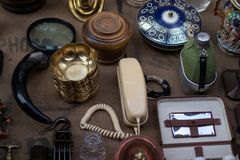 Oude lijst met verschillende antiquiteiten stock foto's