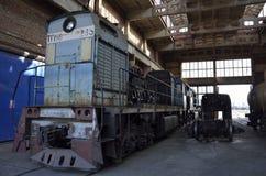 Oude locomotief op reparatiewerkplaats stock afbeelding