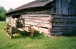 Oude logboekschuur en landbouwbedrijfwagen Royalty-vrije Stock Fotografie