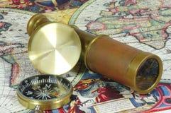 Oude lunette, kompas en uitstekende kaart van de wereld Royalty-vrije Stock Fotografie