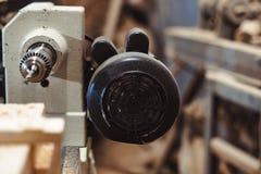 Oude machine in de workshop stock foto's