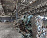 Oude machine in een verlaten fabriek stock afbeeldingen