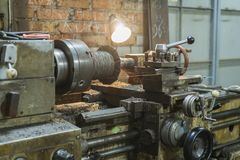 Oude machines in een fabriek van medio-twintigste c werkend gereedschapswerktuig Oude draaibank Het oude roterende materiaal van  stock foto