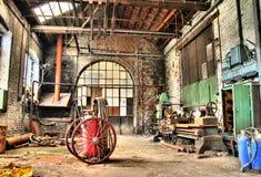 Oude machines in een verlaten fabriek, urbex Stock Foto