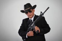 Oude maffia en zijn aanvalswapen Stock Foto's