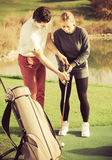 Oude man 30-35 de jaar toont vrouw 25-29 jaar oude oefeningen Stock Fotografie