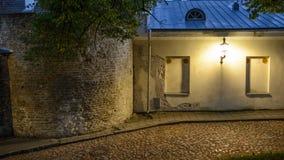 Oude manierlantaarn op de straat van Tallinn in schemering stock foto