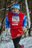 Oude mannelijke atletenlooppas door bos Stock Foto's