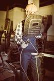 Oude mannetje 25-30 het jaar begint om met lassenmachine te werken Stock Fotografie