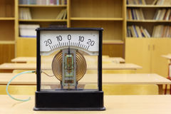 Oude manometer van school voor experimenten in fysica stock foto