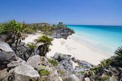 Oude Mayan ruïne die op een rotsachtige oever wordt neergestreken Stock Afbeelding