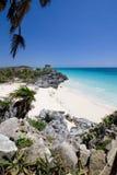Oude Mayan ruïne die op een rotsachtige oever wordt neergestreken Royalty-vrije Stock Foto's