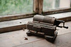Oude mechanische hand tellende machine stock foto's