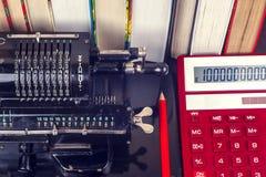 Oude mechanische hand tellende machine royalty-vrije stock fotografie