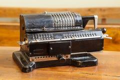 Oude mechanische hand tellende machine voor wiskundige berekeningen stock fotografie