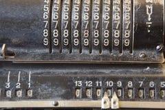 Oude mechanische hand tellende machine voor wiskundige berekeningen stock foto's