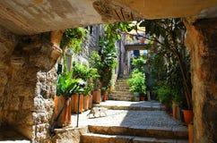Oude Mediterrane steenbinnenplaats stock foto's