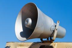 Oude megafoon op achtergrond van hemel, sprekersluidspreker Royalty-vrije Stock Afbeeldingen