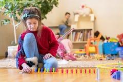 Oude meisje wordt 8 het jaar gespeeld in de ruimte met speelgoed royalty-vrije stock afbeeldingen