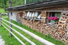 Oude melkblikken in een berghut Stock Fotografie