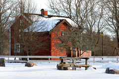 Oude melkblikken op landbouwbedrijf in Zweden Royalty-vrije Stock Afbeeldingen