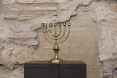 Oude menorah met oude muur royalty-vrije stock fotografie
