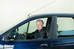 Oude mens in auto royalty-vrije stock fotografie