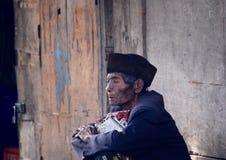 Oude mens in Bajawa Flores Indonesië stock fotografie