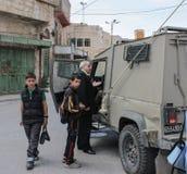Oude mens bij Militaire mobiele controlepost in Cisjordanië of Gaza stock afbeelding