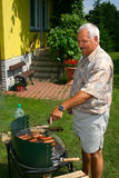 Oude mens buiten het koken Royalty-vrije Stock Foto's