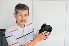 Oude mens in de glazen van de vrwerkelijkheid van virtuele werkelijkheid royalty-vrije stock foto