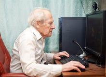 Oude Mens die aan Computer werkt Royalty-vrije Stock Foto