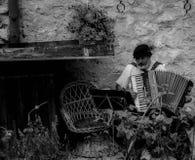 Oude mens die de harmonika spelen royalty-vrije stock foto's