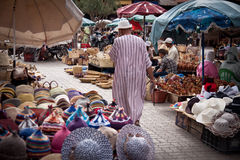 Oude mens die de markt loopt Royalty-vrije Stock Fotografie