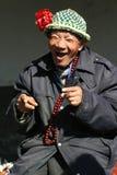 Oude mens die een bloemhoed draagt Royalty-vrije Stock Foto's