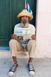 Oude mens die een Cubaanse sigaar in Havana rookt Royalty-vrije Stock Afbeelding