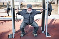 Oude mens die geschiktheid doen Stock Foto's