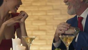 Oude mens die jonge dame uitnodigen om te dansen, oprecht gevoel, rijpe liefde, close-up stock video