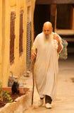 Oude mens die in medina loopt Stock Fotografie