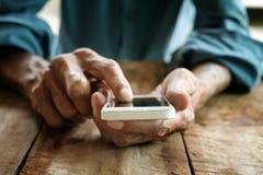 Oude mens die met digitale smartphone werken, stock foto
