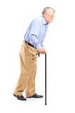 Oude mens die met riet lopen Stock Afbeeldingen