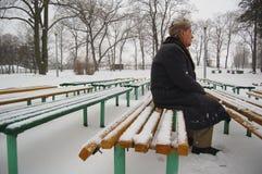 Oude mens die op somebody wacht Stock Afbeeldingen