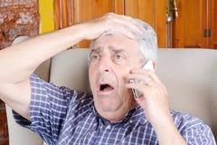 Oude mens die op telefoon spreekt Stock Fotografie